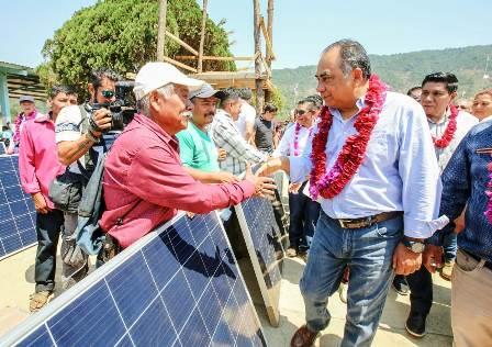 Lleva Héctor Astudillo energía eléctrica a 506 familias de la Montaña Alta