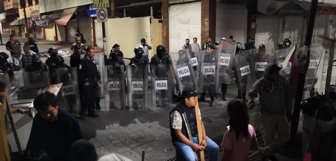 Riñen policías y comerciantes que pretendían instalar puestos en el Andador Zapata