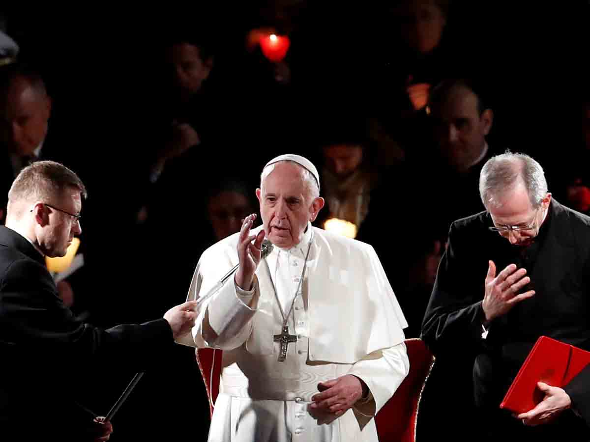 Papa Francisco preside Via Crucis por los migrantes