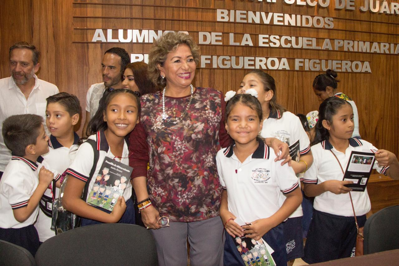 Convive Adela Román con alumnos de la primaria Rubén Figueroa Figueroa