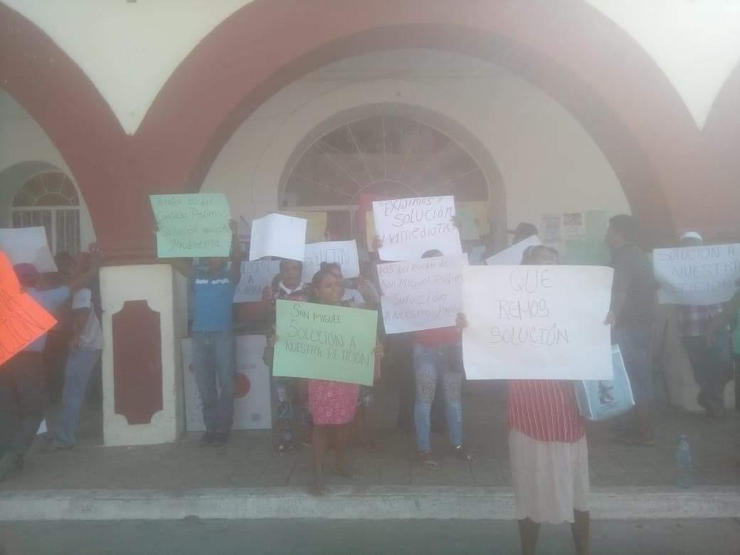 Toma comunidad de Ayutla el palacio municipal