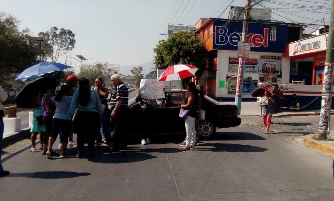 Cierran una hora lateral del bulevar en Chilpancingo para exigir agua