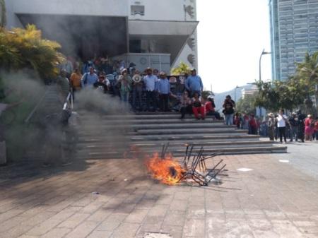 Vandalizan maestros de la CETEG oficinas de Finanzas en Acapulco