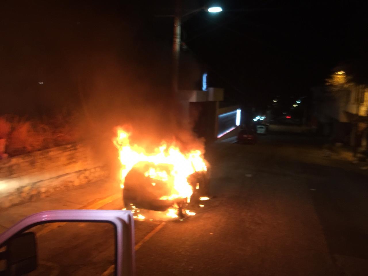Incendian taxi cerca de una tienda departamental, en Acapulco
