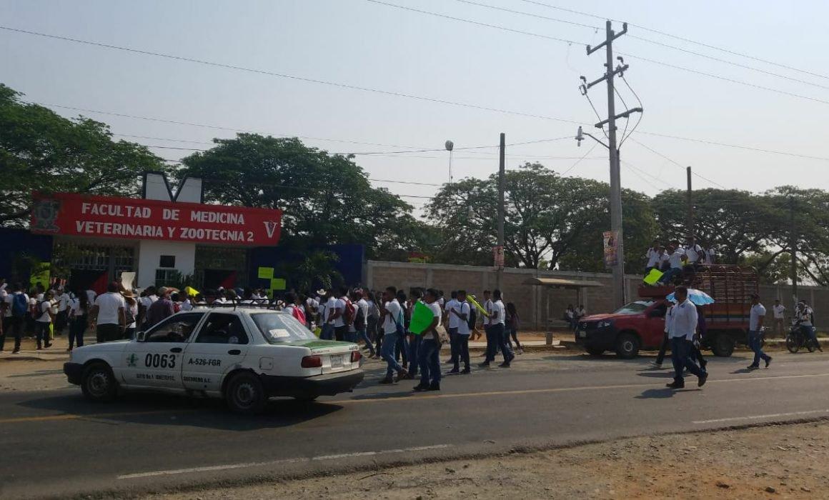 Cierran maestros y alumnos de la Uagro la carretera en Cuajinicuilapa
