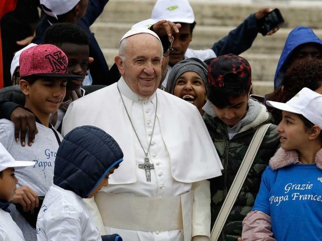 El Papa pasea con niños migrantes en el Vaticano