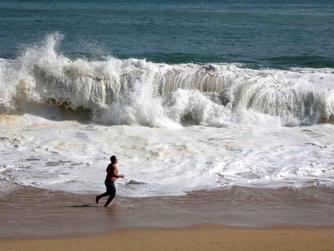 Alertan por mar de fondo en costas michoacanas