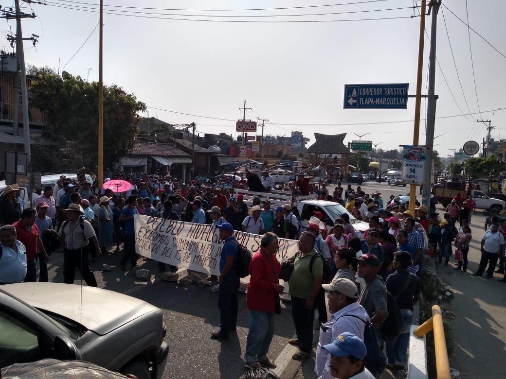 Bloquean habitantes de Costa Chica, por más de 8 horas