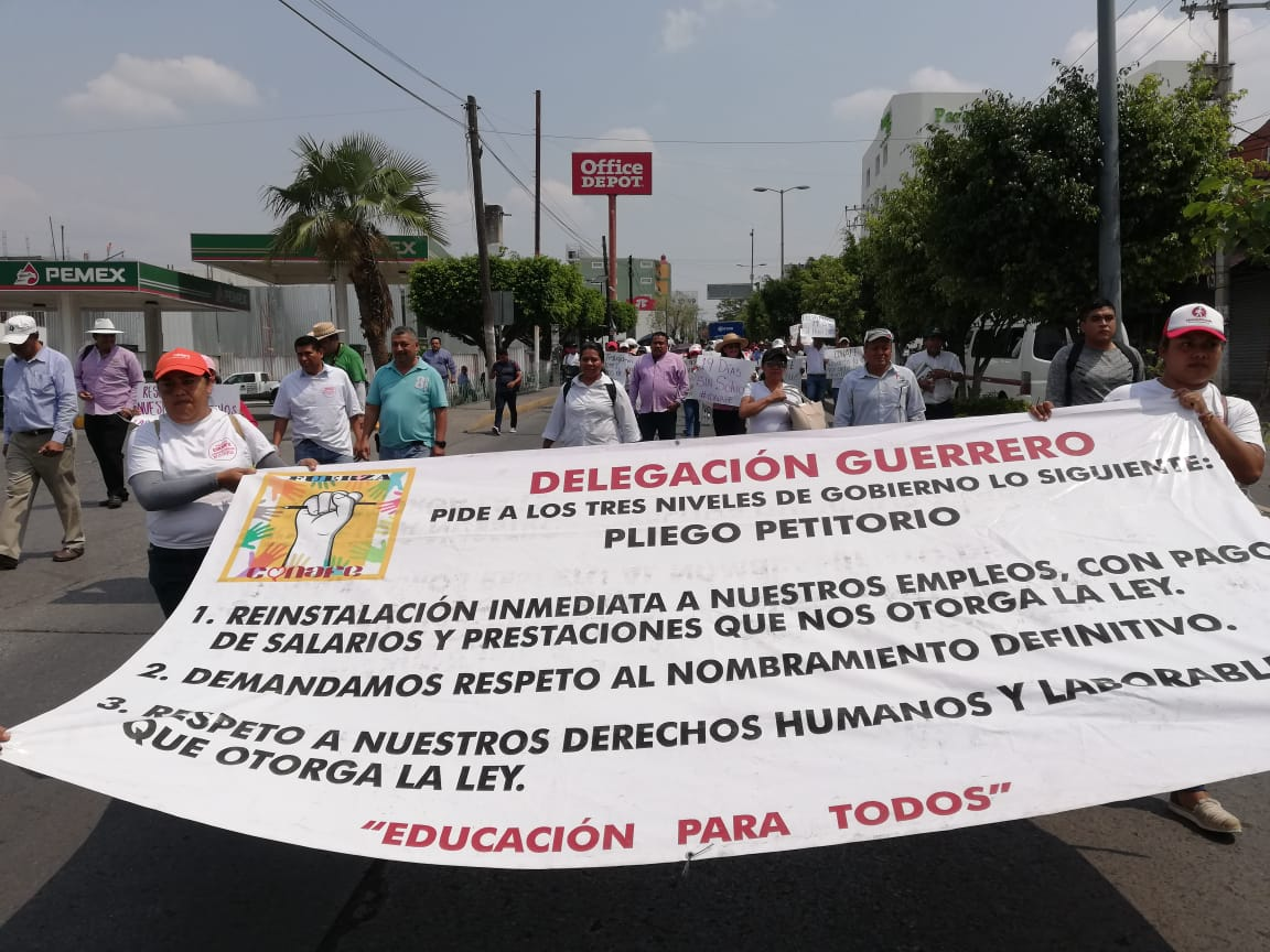 Marchan empleados despedidos del Conafe para exigir su reinstalación