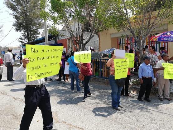 Protestan derechohabientes del ISSSTE por posible desaparición del servicio de hemodiálisis
