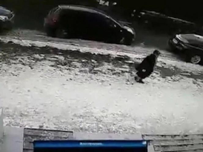Bloque de hielo cae de un piso 11 y mata a una mujer