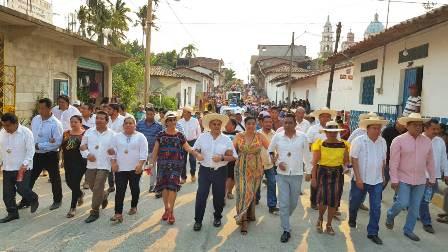 Asiste Manuel Añorve al paseo del Pendón de San Luis Acatlán
