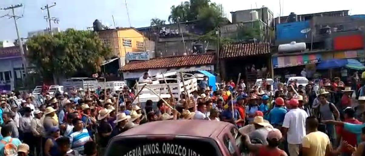 En tercer día de bloqueo en Marquelia, se confrontan manifestantes y pobladores