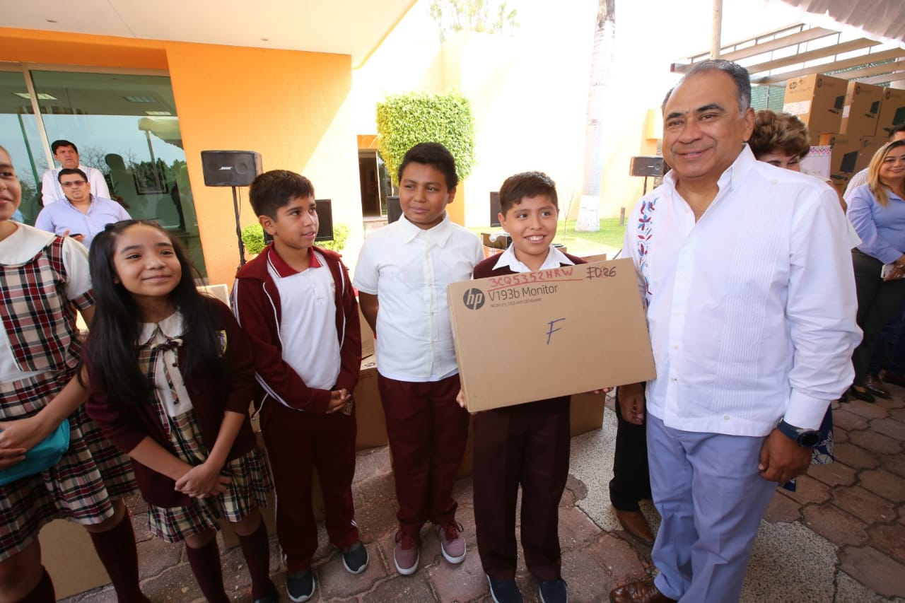 Entregó el gobernador Héctor Astudillo equipo de cómputo a distintas instituciones educativas