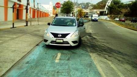 Prepotente usa ciclovía de Acapulco como estacionamiento particular