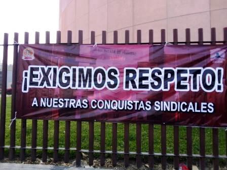 Trabajadores del Congreso de Guerrero paran labores y toman palacio legislativo