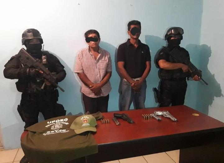 Detienen municipales y estatales a dos hombres armados en la Mártires de Cuilapa