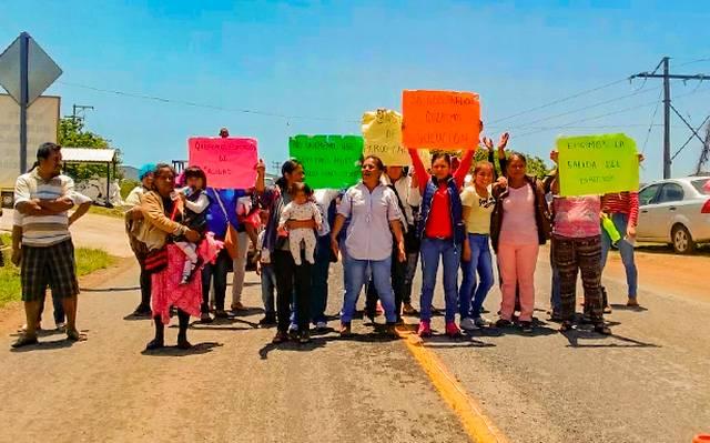 Bloquean padres de familia la carretera federal Iguala-Altamirano, en Teloloapan