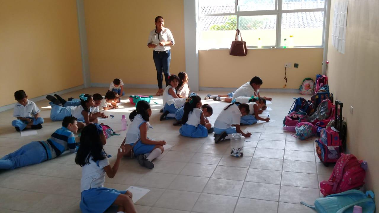 En escuela de Atoyac, niños reciben clases en el piso y sin material educativo