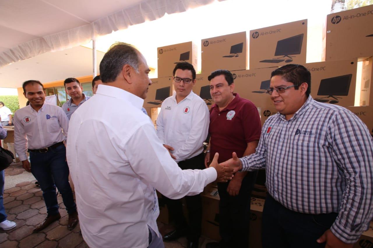 Cumple el Gobernador Héctor Astudillo con la entrega de computadoras a  escuelas