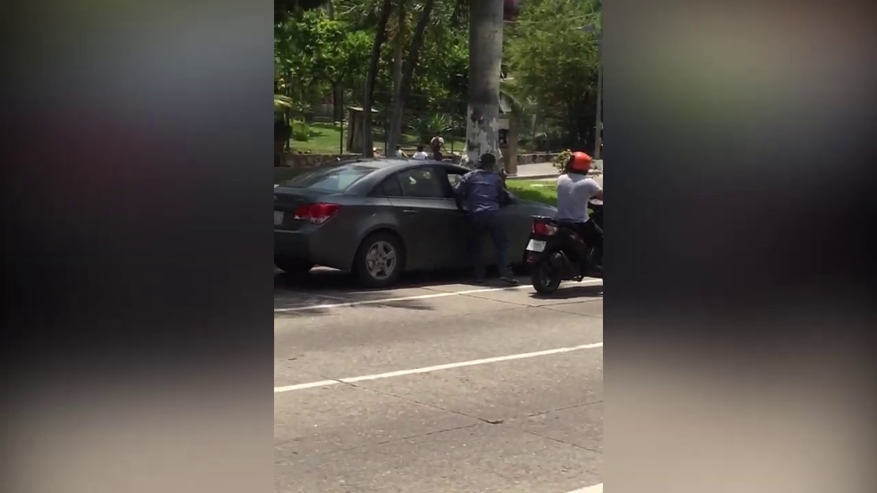 Hombres en moto asaltan en el alto de un semáforo en plena Costera