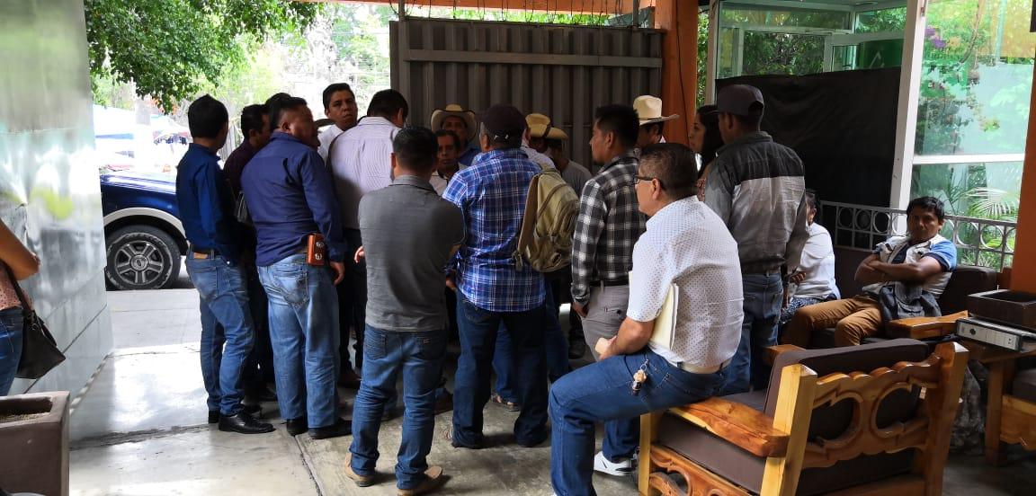 Habitantes de Xochistlahuaca anuncian movilizaciones por falta de obras carreteras en su región