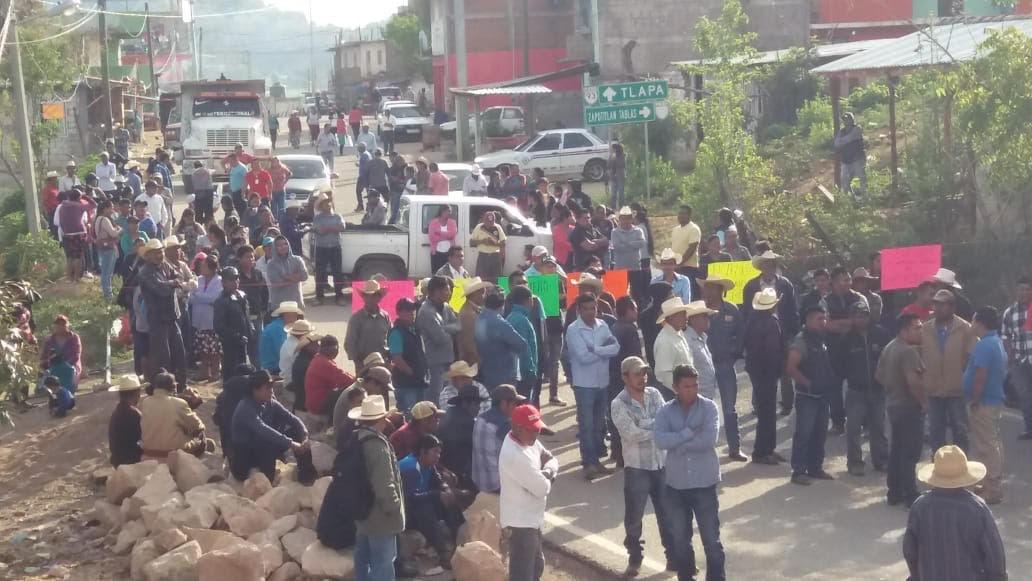 Vuelven a bloquear la carretera Tlapa-Chilapa;  Exigen fertilizante a AMLO