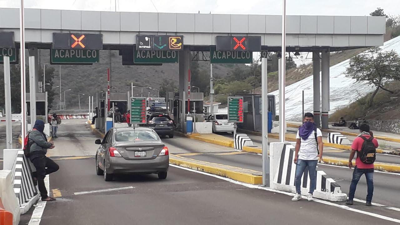Toman normalistas de Ayotzinapa Caseta de la Autopista del Sol; recaudan fondos para Jornada Global