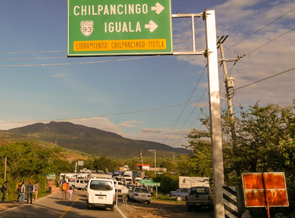 Bloqueo carretero de comunitarios entre Chilpancingo y Tlapa