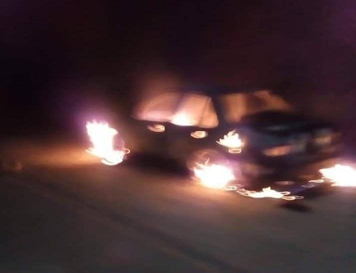 Incendian un taxi colectivo en Acapulco