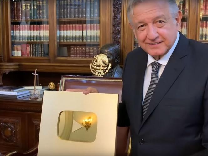 López Obrador dedica botón de oro de YouTube a 'benditas redes'