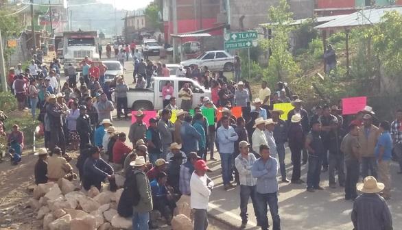Bloquean la Tlapa-Chilapa por falta de fertilizante