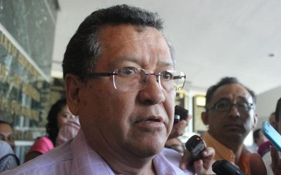 Como lamentable, calificó Héctor Apreza Patrón, que tengan que sesionar fuera de la sede legislativa por un conflicto sindical