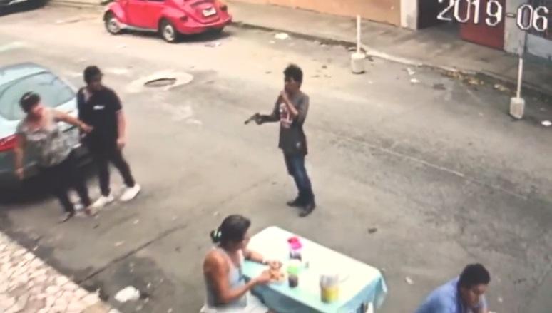 (Video) Captan en vídeo dos jovenes con armas cortas asaltando en Acapulco