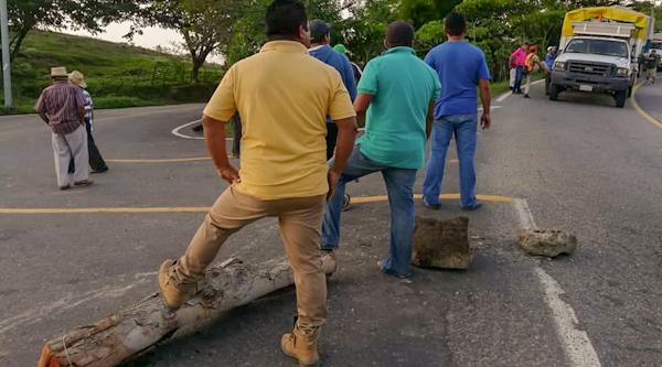 Siguen bloqueos carreteros por fertilizante en Costa Chica