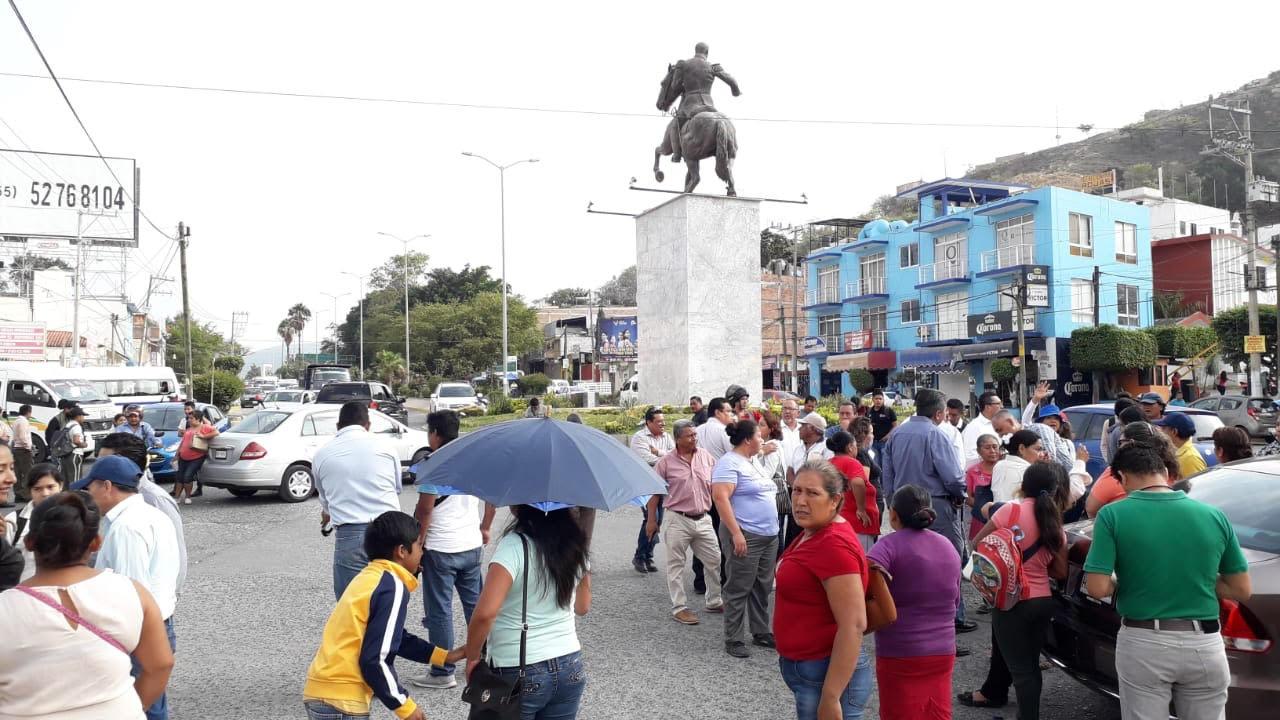 Bloquean alumnos y maestros de Telesecundaria Avenida de los Insurgentes en Chilpancingo, exigen obra para Escuela