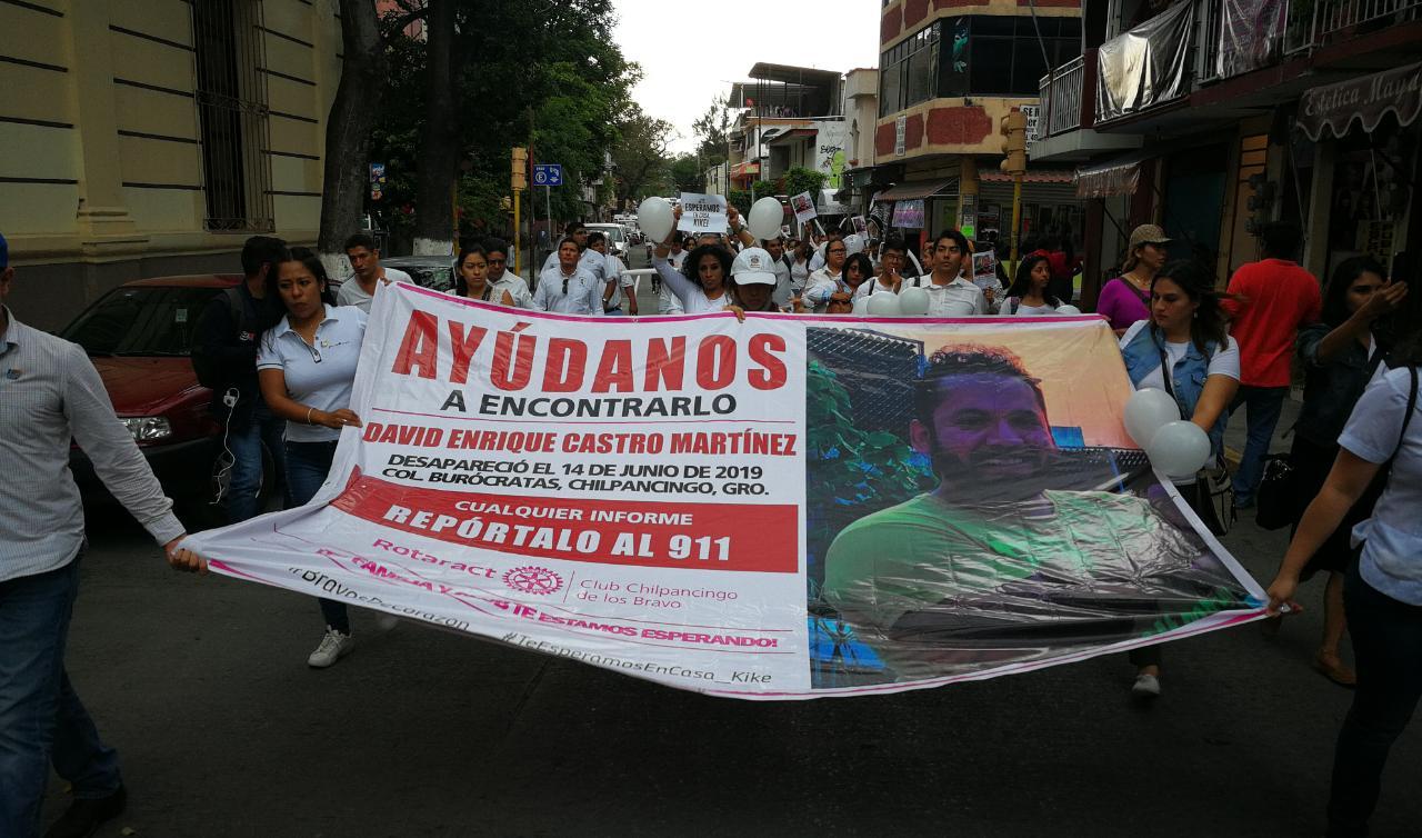 Marchan familiares y amigos de joven desaparecido en Chilpancingo
