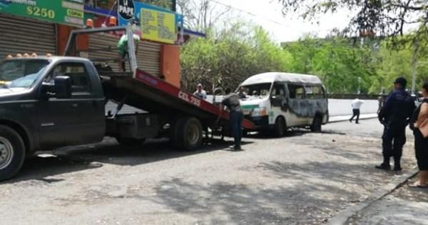 Comando armado incendia urvan en Zihuatanejo; hieren al conductor