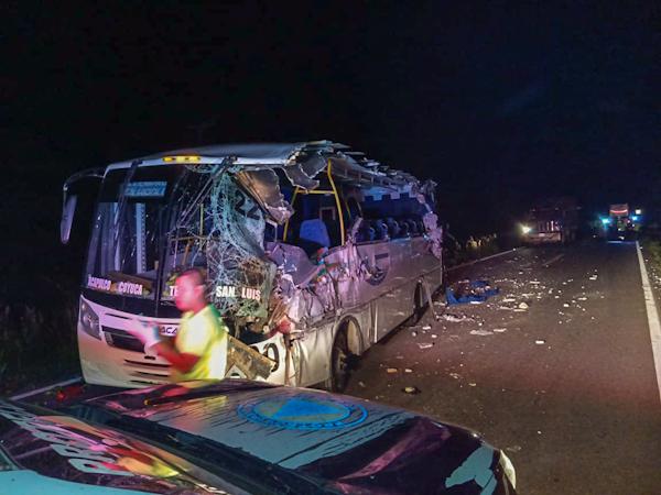 Un muerto al impactarse autobuses de frente en la Acapulco-Zihuatanejo