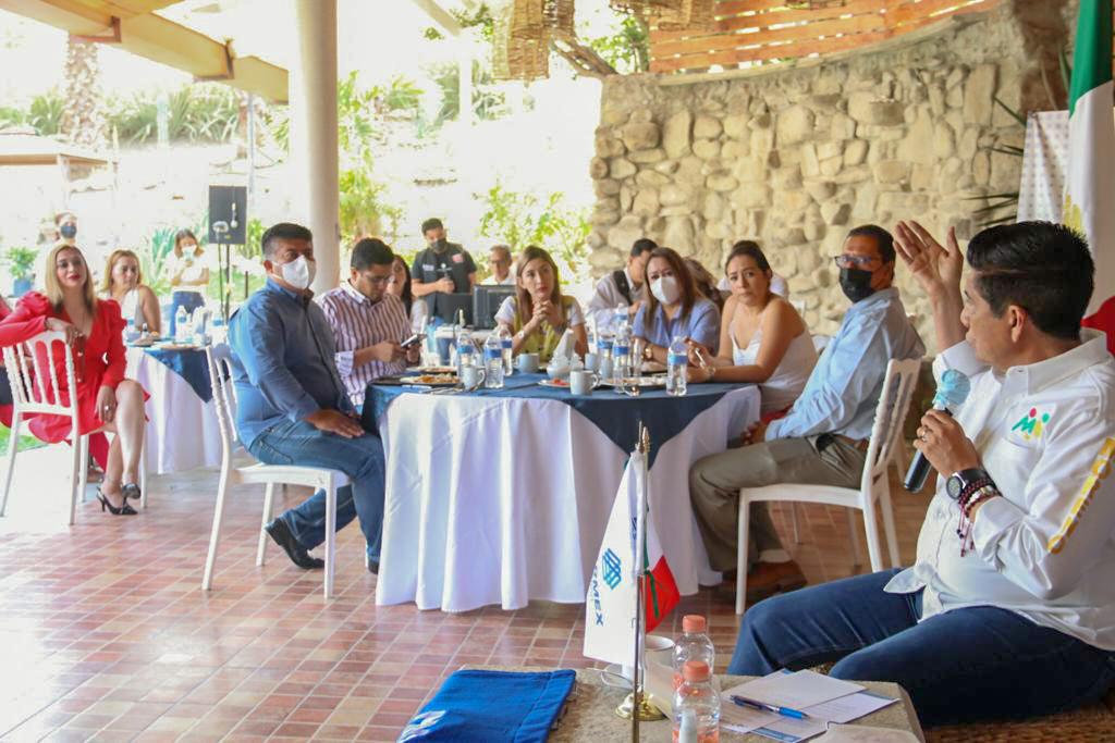 Mario Moreno Arcos firma compromisos con el sector empresarial