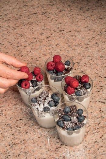 Coppe ai frutti rossi con crema di mandorle e cioccolato