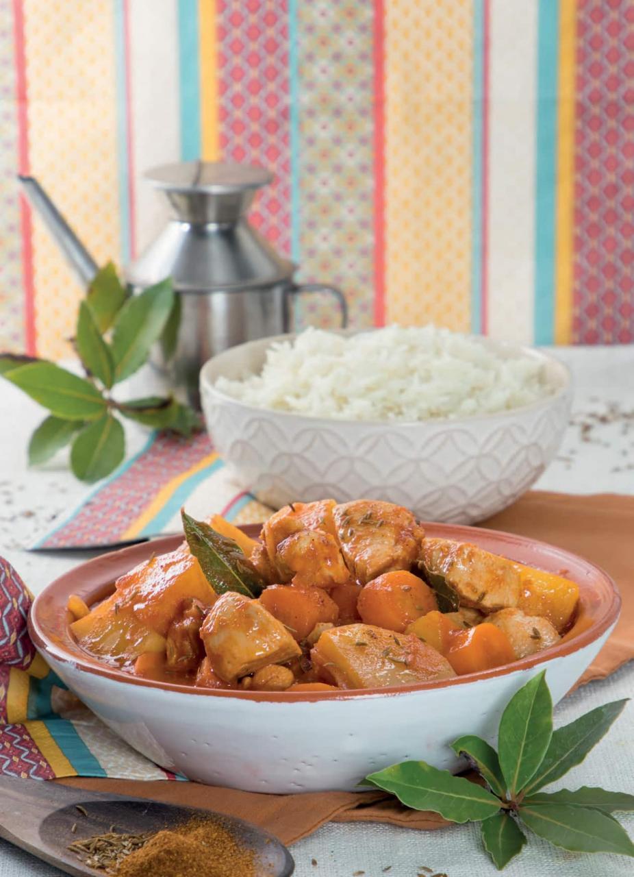 Gulasch di pollo con patate, carote e riso pilaf