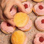 Pasticcini con crema ai frutti di bosco: una merenda... rosa!