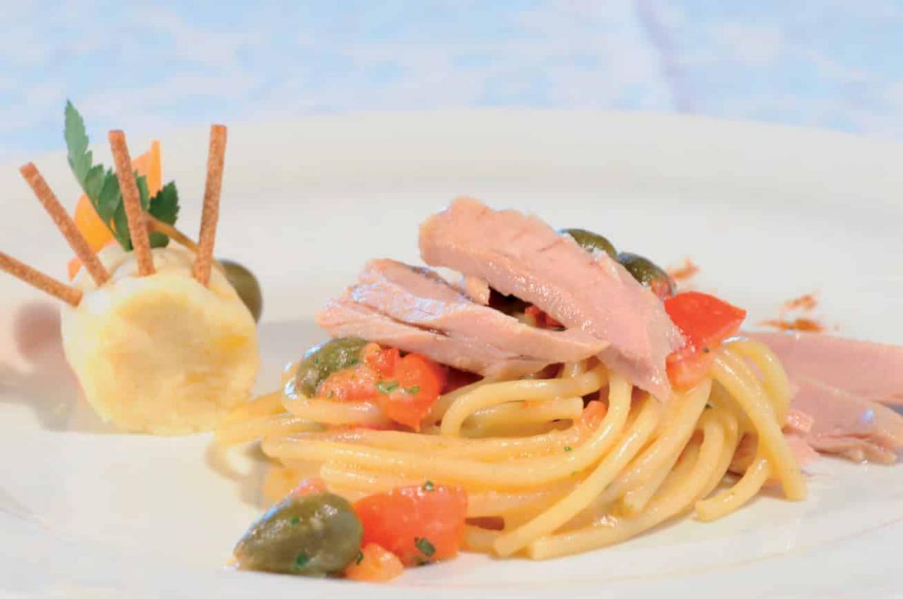 Perciatelli con filetti di ventresca di tonno, menta e pecorino