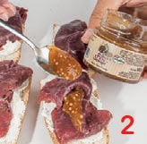 Bruschetta con carne salada, robiola e salsa di fichi e senape