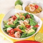 Insalata di gamberi con salsa all'avocado e lime