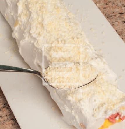 Rotolo di pasta biscotto con lamponi e cioccolato bianco
