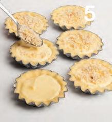 Tartellette di frolla con farcia al formaggio e lamponi