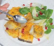 Tranci di pesce gratinato con melagrana e insalata
