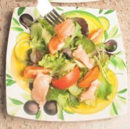 Insalata con salmone marinato e crostini di pane